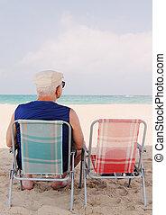 homme aîné, plage, séance