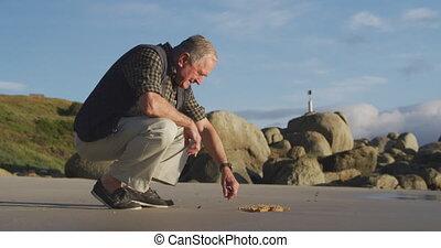 homme aîné, plage