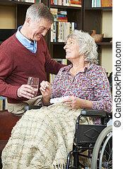homme aîné, portion, épouse, dans, fauteuil roulant, à, médicament