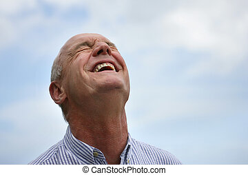 homme aîné, rire