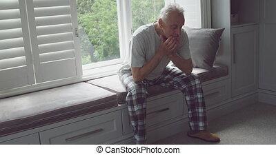 homme aîné, seul, maison