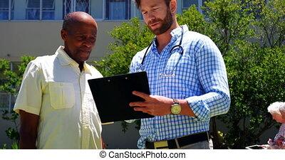 homme aîné, t, sur, actif, africaine, vue, docteur, rapport...