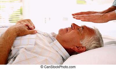 homme aîné, thérapie, reiki, obtenir