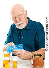homme aîné, tri, pilules