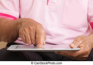 homme aîné, utilisation, tablette numérique