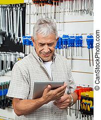 homme aîné, utilisation, tablette numérique, dans, matériel, magasin