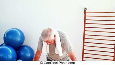 homme aîné, yoga, gymnase