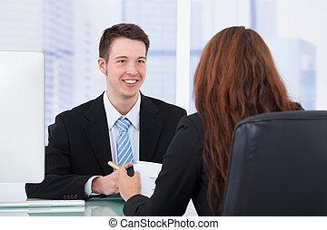 homme affaires, à, femme, collègue, dans, réunion, bureau