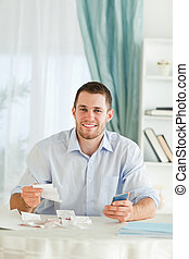 homme affaires, à, main, calculatrice, vérification, factures