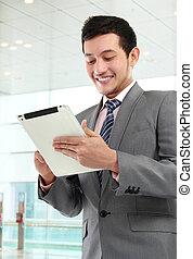 homme affaires, à, tablette