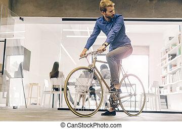 homme affaires, équitation bicyclette