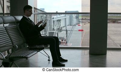 homme affaires, aéroport, salle, attente