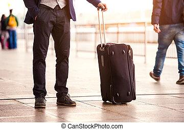 homme affaires, aéroport, unrecognizable, attente, bagage