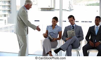 homme affaires, accueillir, interviewé