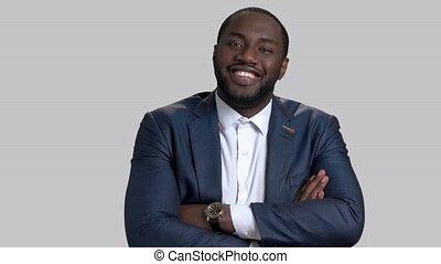 homme affaires, afro-américain, crossed., bras, sourire