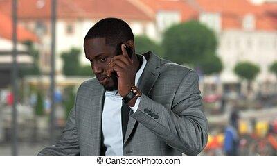 homme affaires, afro-américain, parler., téléphone