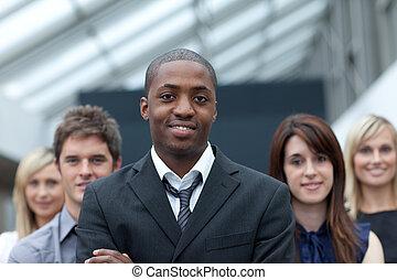 homme affaires, afro-américain, sien, mener, équipe