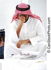 homme affaires, arabe, inquiétudes, crise, accentué