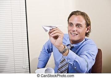 homme affaires, avion, papier, jouer