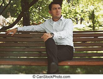 homme affaires, banc, parc, séance