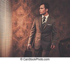 homme affaires, bien-habillé, serviette