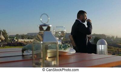 homme affaires, boire, café matin, jeune