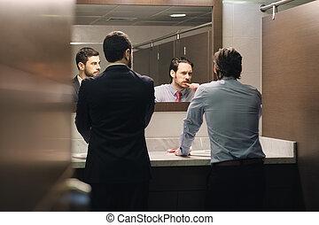 homme affaires, brossant dents, après, absence obligatoire, dans, bureau, salle bains