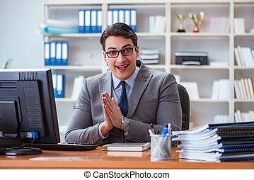 homme affaires, bureau fonctionnant