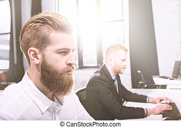 homme affaires, bureau, fonctionnement, à, a, informatique, à, sien, équipe