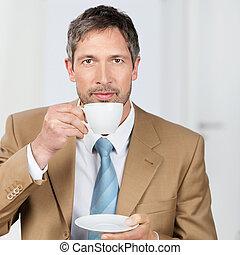 homme affaires, café, apprécier, bureau