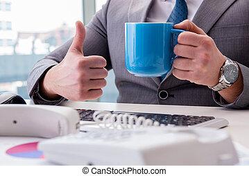 homme affaires, café, boire, bureau