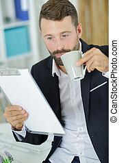 homme affaires, café, boire, bureau, sérieux