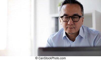 homme affaires, café, boire, ordinateur portable, bureau