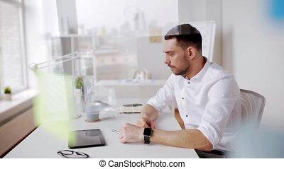 homme affaires, café, montre, intelligent, bureau
