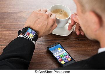 homme affaires, café, smartphone, boire, smartwatch