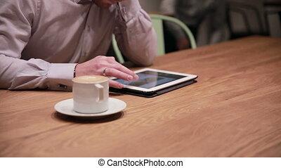 homme affaires, café, tablette, fonctionnement, jeune