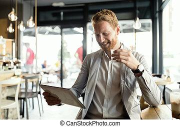 homme affaires, café, tablette, utilisation