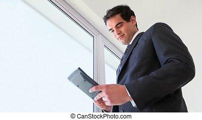homme affaires, calculatrice, utilisation