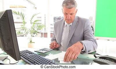 homme affaires, calculer, factures