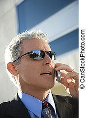 homme affaires, cellphone., conversation