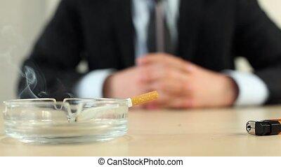 homme affaires, cigarette, bureau, fumer