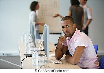 homme affaires, collègues, informatique, fond, assis