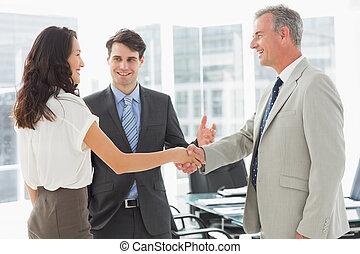 homme affaires, collègues, introduire