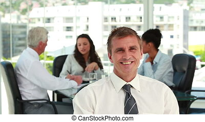 homme affaires, collègues, réunion, fond, portrait