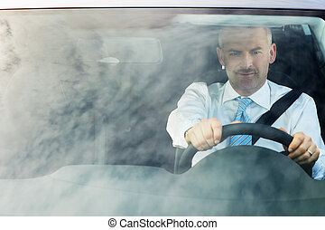 homme affaires, conduite, voiture, à, ciel, réflexions, sur, pare-brise