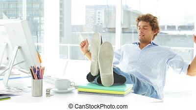 homme affaires, décontracté, sien, chaise reposant
