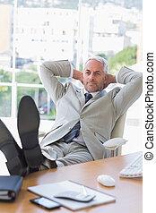homme affaires, délassant, à, sien, bureau