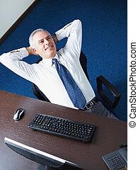 homme affaires, délassant, bureau, mûrir