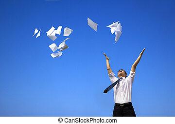 homme affaires, délassant, et, lancement, blanc, papiers, à, les, ciel bleu
