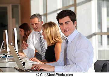 homme affaires, dans, bureau, à, ordinateur portatif